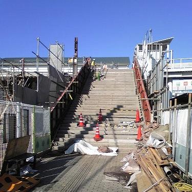 東口南大階段